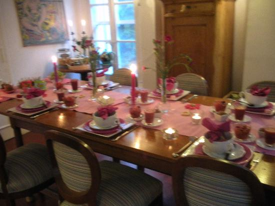 La Maison du Tamisier : Breakfast pink theme
