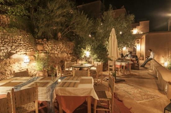 Chez Pierre: Terrasse où sont servis les repas pendant l'été