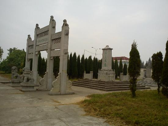 Jiangling County, China: Memorial nearby