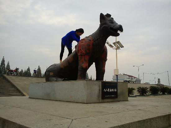 Jiangling County, Çin: Climbing the Steel Bull