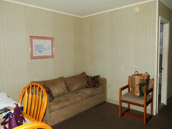 Colton Court Motor Inn: Living Area of 2 room suite