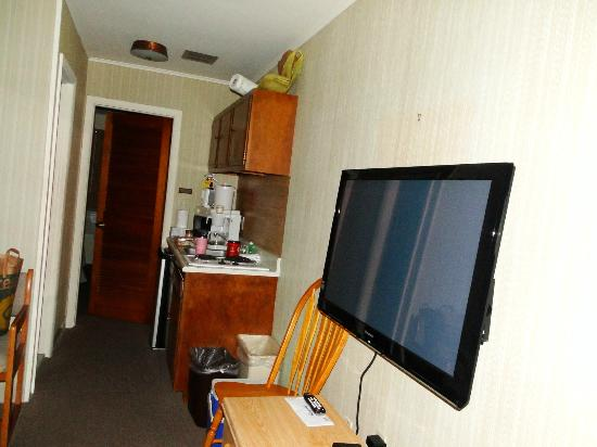 Colton Court Motor Inn: TV, kitchenette area and door to bedroom