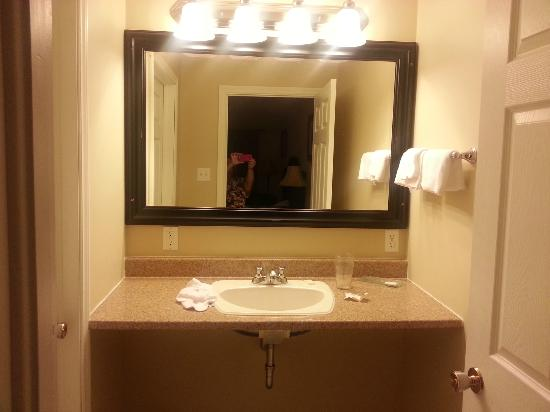 Fair Isle Motel: Loved that the powder room was separate from the bathroom with 2 doors
