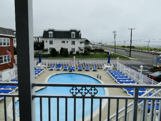 Colton Court Motor Inn: View of pool area from 2nd floor