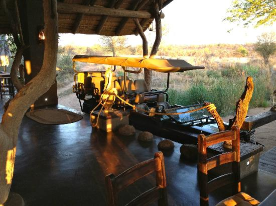 Ezulwini Game Lodges: Land Rover before a morning safari