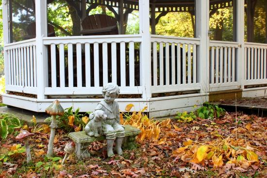 Gray Goose Inn: Gazebo sculpture