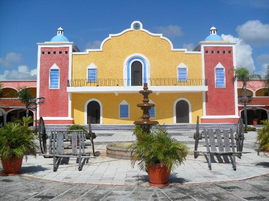 Grand Bahia Principe Coba: La hacienda, donde puedes hacer unas compras o por la noche divertirte bailando jejeje