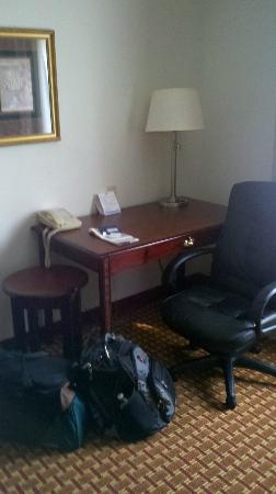 Holiday Inn Express Clanton: Desk with side table, I later moved the side table next to the lounge chair.