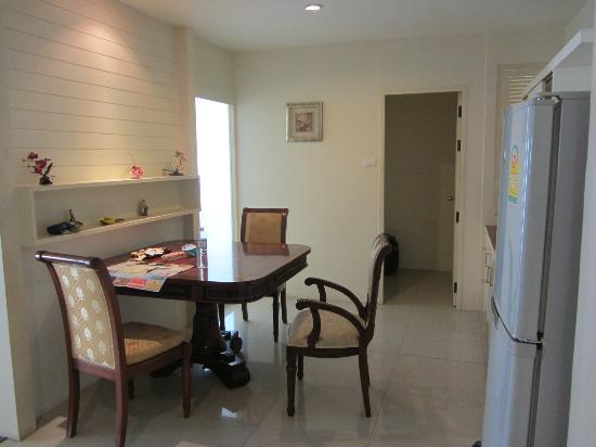 LK Pavilion: Кухня -столовая в номере.
