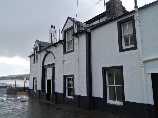 Ardencaple Hotel: View from the car park facing the loch
