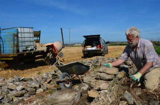 Marsh Mere Lodge: Worker reparing the rock walls on the way to Hook Head