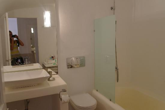 Kirini Suites & Spa: Bathroom