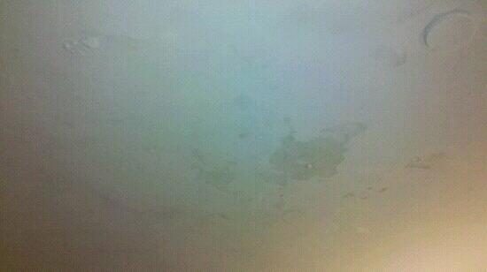Hotel Elo Inn: Último andar, infiltração no teto do quarto, mas sem cheiro de mofo