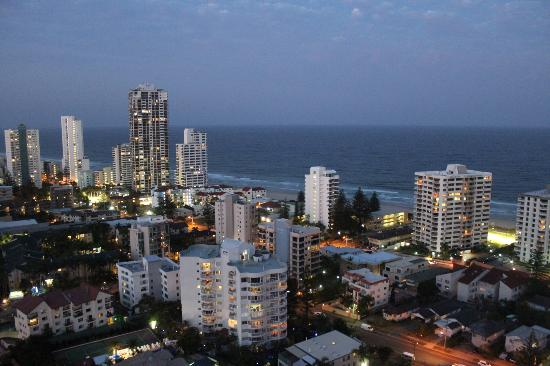 Crowne Plaza Surfers Paradise: Dusk view from our room