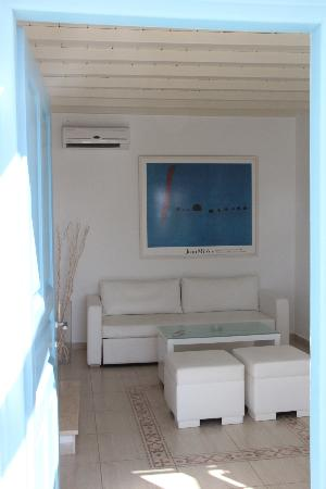 En Lefko Prive Suites: downstairs sitting area