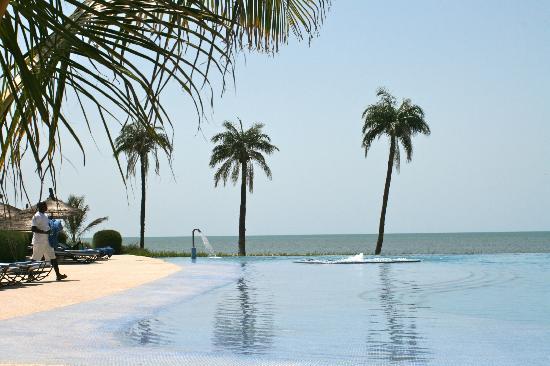 Hotel Le Royal Lodge : la piscine, les palmiers et l'océan