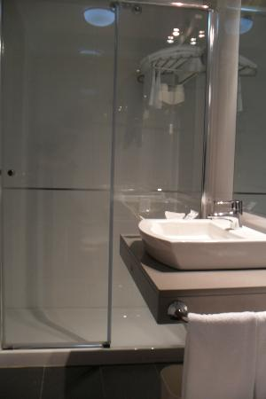 Chateau La Roca Hotel: bathroom very designer