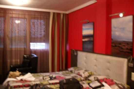 Château La Roca Hotel : bedroom window end