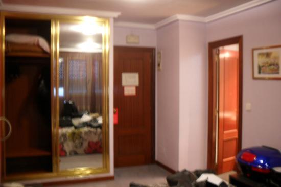 Château La Roca Hotel : bedroom door end