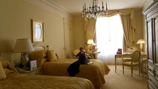 Four Seasons Hotel George V Paris : Our gorgeous twin superior room