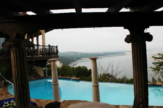 La Villa Vista: Poolside looking over Lake Travis.