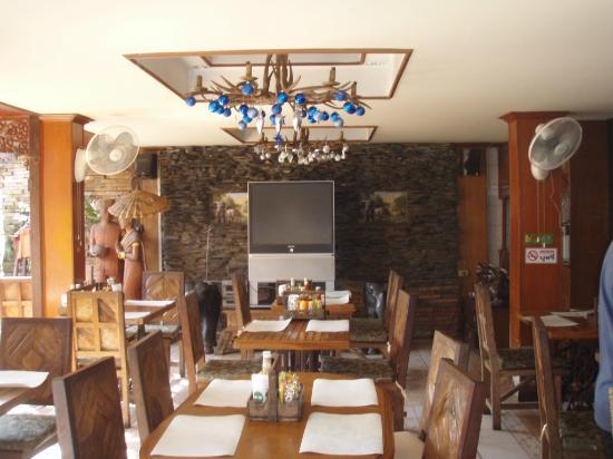 SK House: фойе и столовая, справа ресепшен