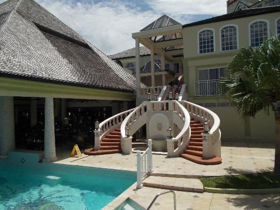 Sandals Regency La Toc Golf Resort and Spa : Coming from lobby to pool.