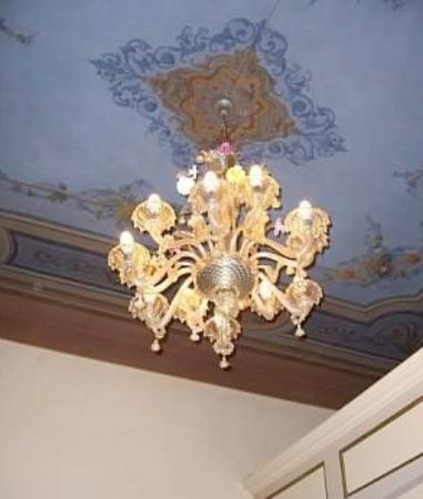 Palazzo Schiavoni: Beautiful chandelier/painted ceilings