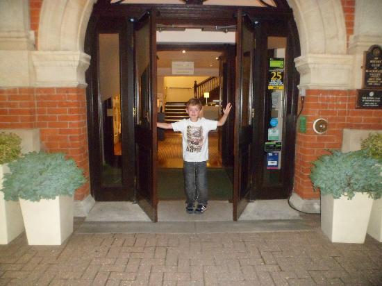 Holiday Inn Farnborough: Entrance to hotel