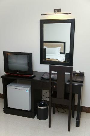 Cardamom Hotel: Desk & TV