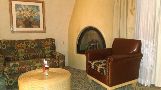 Hilton Santa Fe Buffalo Thunder: fireplace and sitting area in our suite