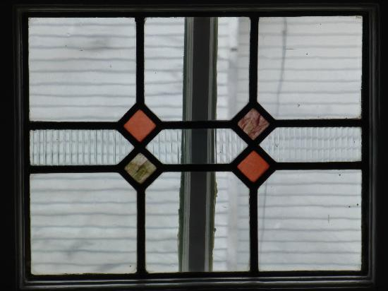 White House Inn Bed and Breakfast: Stained glass window