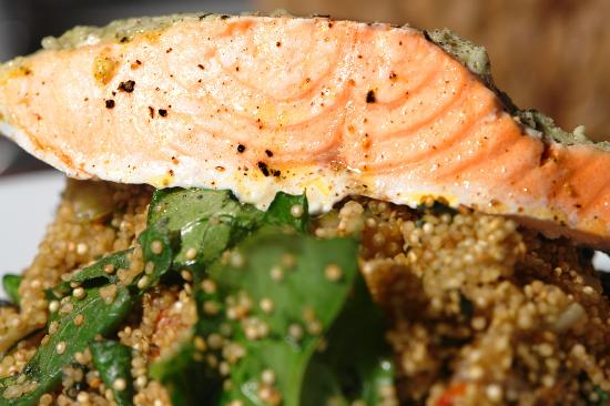 Sant Just: salmón al vapor pesto quinoa organica