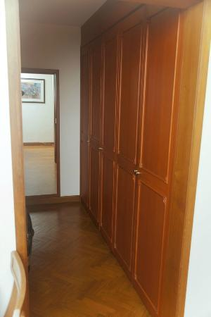 MiCasa Hotel Apartments: Walk-in Closet