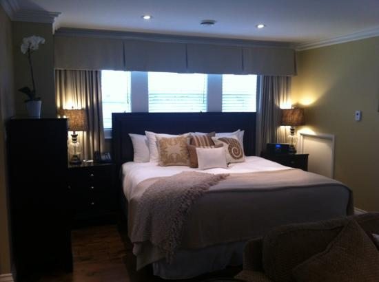 124 on Queen Hotel and Spa: bed at queen st suite