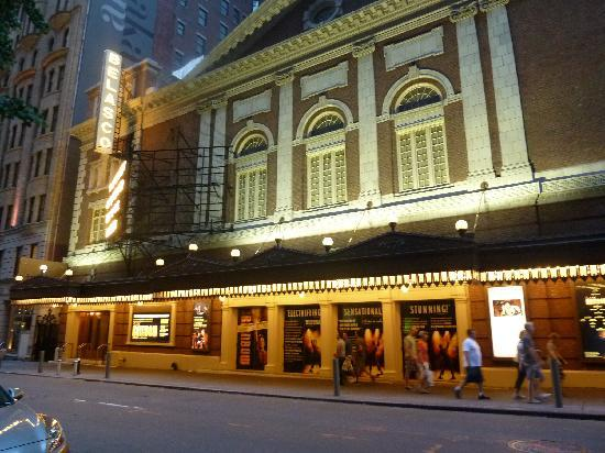Trattoria Dopo Teatro : Localizado ao lado do Teatro Belasco, meio quarteirão de Times Square.