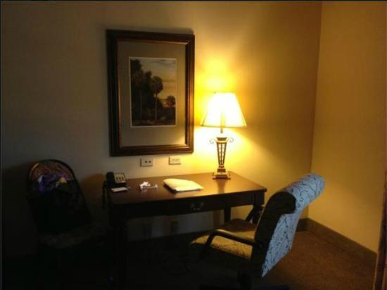 Hampton Inn & Suites Savannah Historic District: Writing Desk in the room