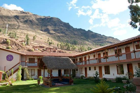 Hospedaje Chaska Pisac: Lovely patio with the mountains as background