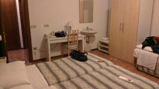 Hotel Guerrini : Sink area in bedroom