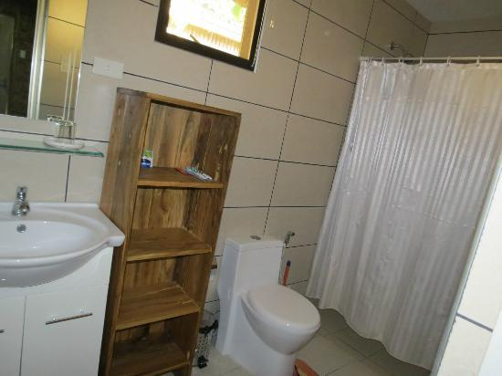 Samal Island Huts: Bathroom