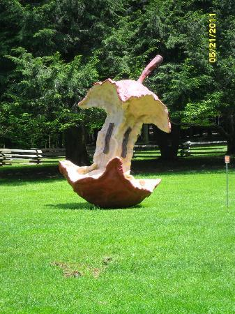 Kentuck Knob: Apple core part of sculptures.