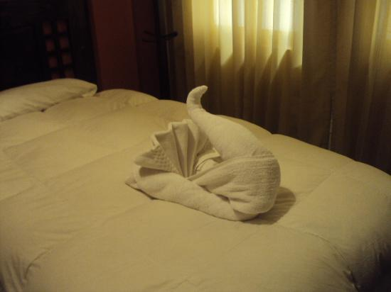 Inti Punku Machupicchu Hotel: ベッドにタオルで作った動物を置いています。