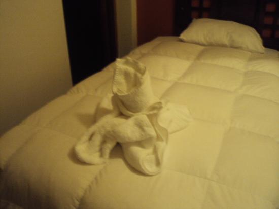 Inti Punku: ベッドにタオルで作った動物を置いています。