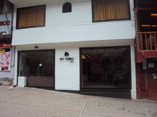 Inti Punku Machupicchu Hotel: ホテル入り口です。坂の途中にあるので、斜めに建っています。