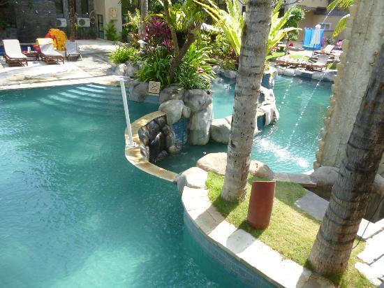 Kuta Paradiso Hotel: more of the pool