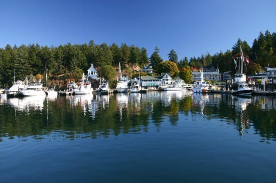 McMillin Suites at Roche Harbor Resort: McMillin Suites next to church