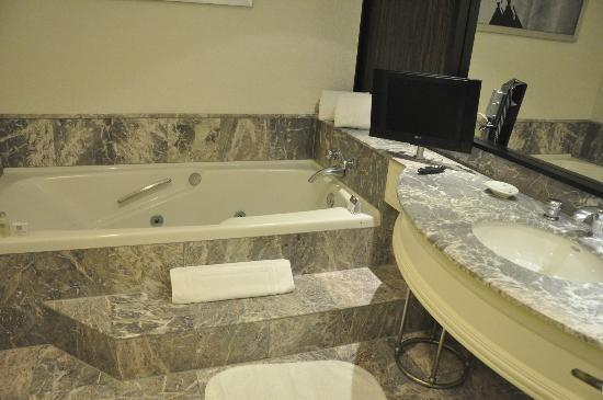 Loews Hotel Vogue: Bathroom with jacuzzi tub and TV