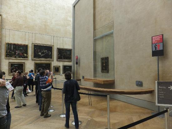 City Wonders : Look not many people in the room with Mona Lisa
