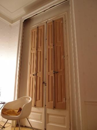 "La Casa Gran B&B: wooden ""curtain"" that blocks most of the sound"