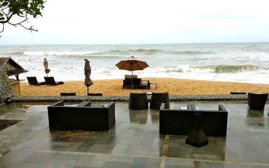 Aleenta Phuket Resort & Spa: Bar at the beachfront